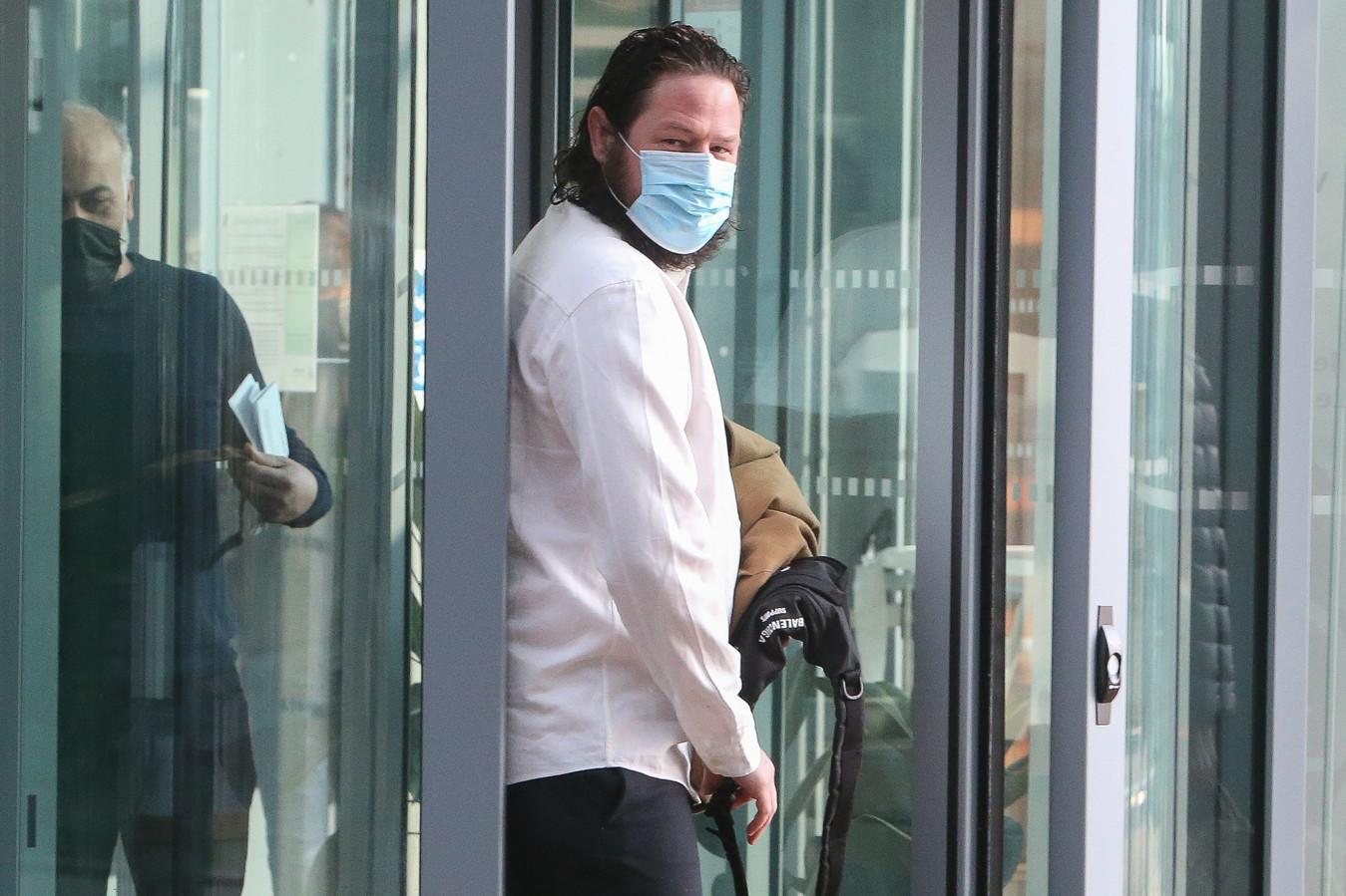 Persfotograaf Sebastian Steveniers bij aankomst op de rechtbank waar hij samen met zijn broer terechtstaat voor het leidinggeven bij freefights.