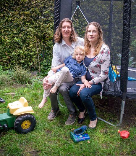 Zieke Dolf (45) leeft in volledige isolatie om corona en zoekt speelkameraadje voor zoon Oscar (4): 'Wij zitten al sinds maart thuis'