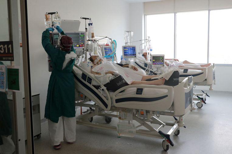 Een van de vele covidpatiënten op de ic van een ziekenhuis in de Turkse hoofdstad Ankara.  Beeld AFP
