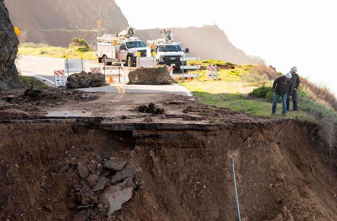 Niet alleen het asfalt van de weg, ook kabels en leidingen die daaronder liepen raakten afgesneden.