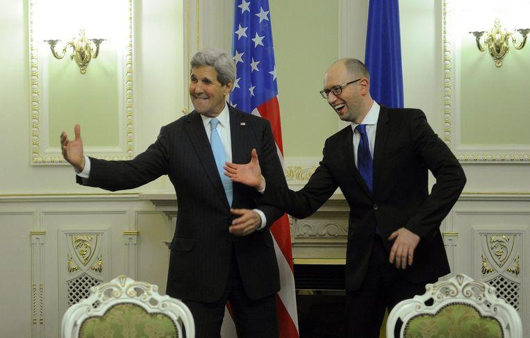 De Amerikaanse minister van Buitenlandse Zaken Kerry met Oekraïens premier Jatsenjoek. Beeld AFP