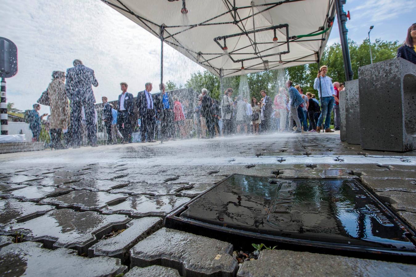 De waterstraat in The Green Village, op de campus van de TU Delft.