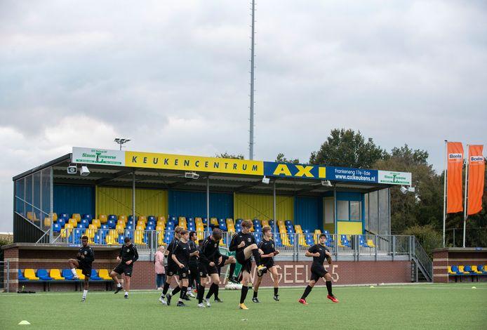 De vernieuwde tribune met stoeltjes van voetbalvereniging Blauw Geel '55