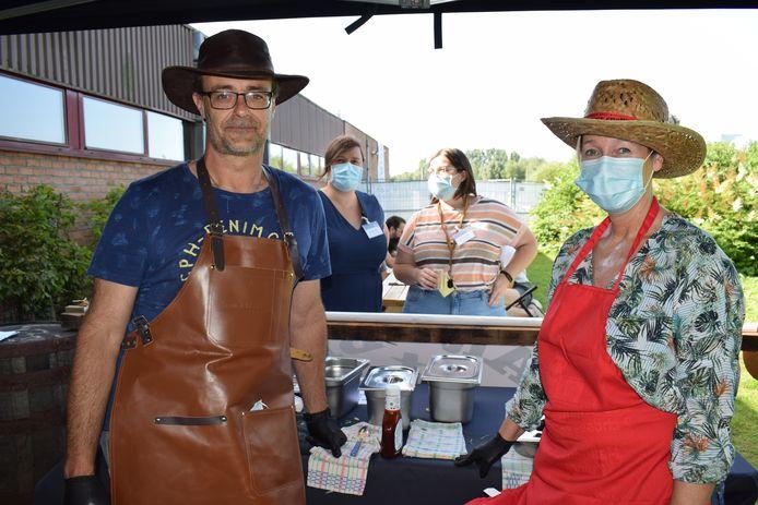 Grote verrassing gisteren voor de vrijwilligers in vaccinatiecentrum Puyenbroeck: barbecuespecialist Gilles Lucats kwam er barbecueën om hen te bedanken voor de inzet van de laatste maanden en dat deed zichtbaar deugd.