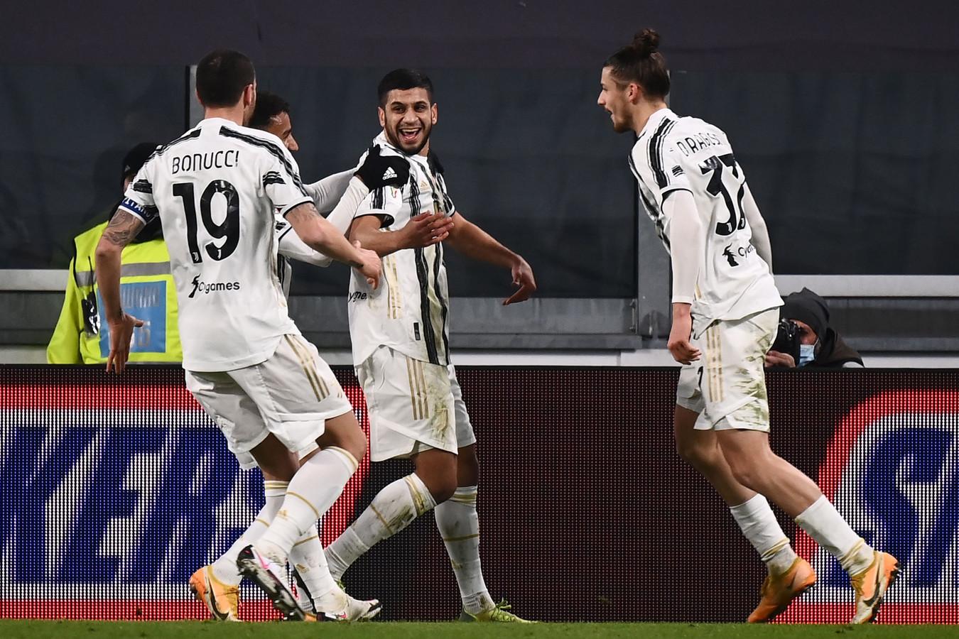 Hamza Rafia (midden) viert z'n winnende doelpunt.