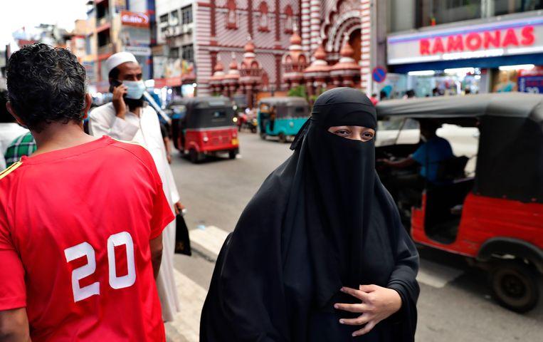 Een islamitische vrouw in nikab in de Sri Lankaanse hoofdstad Colombo. Beeld AP