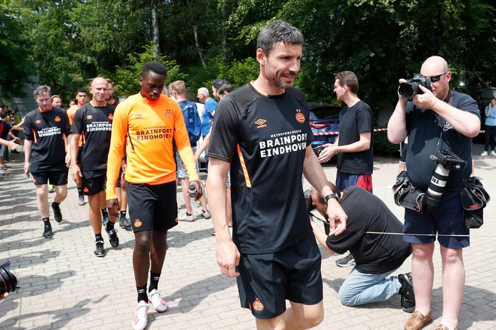 Mark van Bommel betreedt met zijn spelers het trainingsveld.