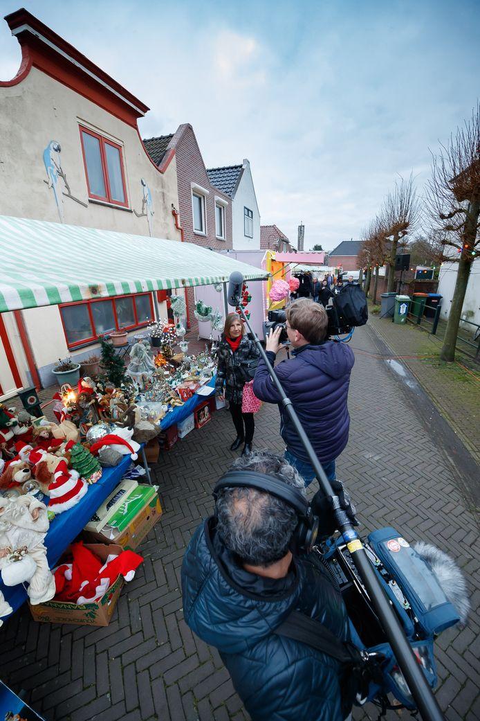 Moerdijk - 7-12-2019 - Foto: Pix4Profs/Marcel Otterspeer - BNNVARA neemt de documentairereeks Typisch Moerdijk op. Ze portretteren onder andere dorpsbewoner Annie Plooster, hier op de jaarlijkse kerstmarkt.