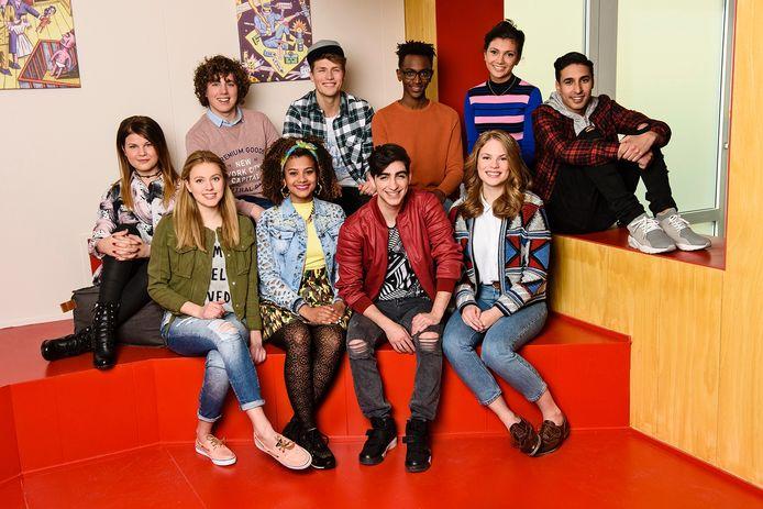Siawaash met de cast van SpangaS, op de voorste rij met rode jas.