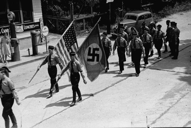 Leden van de German American Bund marcheren in 1937 met nazi- en Amerikaanse vlaggen in Kamp Siegfried, waaruit Yaphank is voortgekomen. Beeld The LIFE Picture Collection/Gett