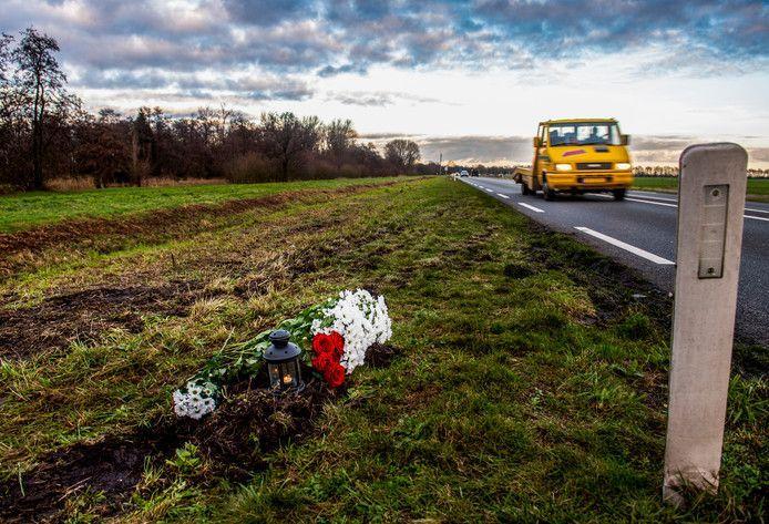 Bloemen op plek ongeval op de N210 tussen Lekkerkerk en Krimpen aan de Lek.