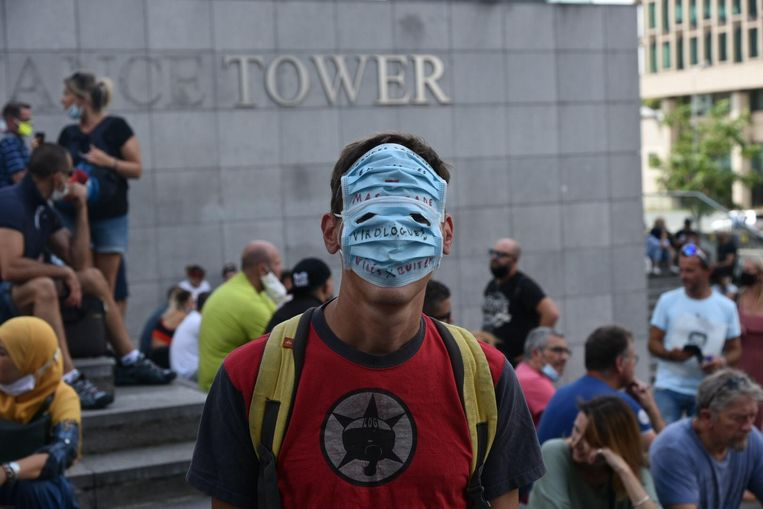 Een demonstrant van de vzw Viruswaanzin in Brussel. Beeld Dieter Nijs