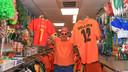Eric Buysse van Party Max heeft zowel Belgische als Nederlandse attributen voor het EK voetbal