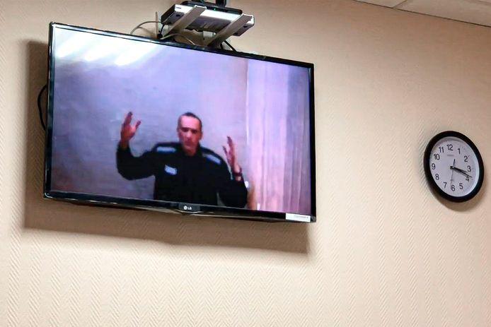 Navalny te zien via videoverbinding op een rechtbankzitting eind mei.