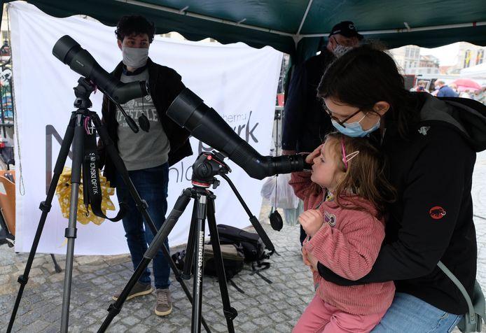 Nena en mama Gudrun aan de telescoop van Natuurpunt.
