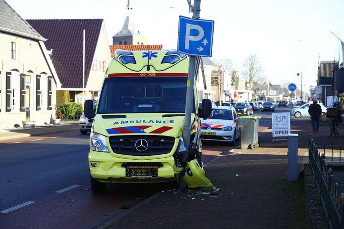 De ambulance kwam tot stilstand tegen een lantaarnpaal.