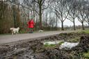 Op de smalle weg de Oosters wordt veel te hard gereden terwijl de berm nat en drassig is. Dat leidt tot gevaarlijke situaties.