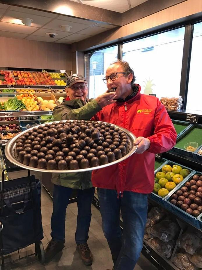 Ondernemer Leen Paans, van de Fruithal, liet zich zaterdag de eerste negerzoen smaken.