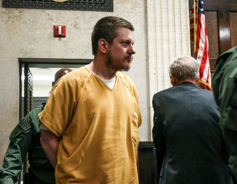 Politieagent Jason Van Dyke wordt weggevoerd nadat hij in Chicago tot bijna zeven jaar cel is veroordeeld vanwege het doodschieten van een zwarte tiener.  Beeld EPA