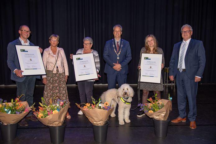 Vlnr: bestuur Wel Gement, Ans Soetens, Burgemeester Evert Weys, Rafke Hendriks (met hulphond) en wethouder Gerrit Overmans.