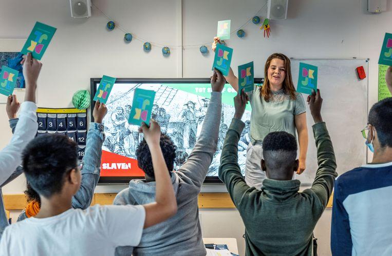 Onderwijskundige Tessa van Velzen geeft les over het slavernijverleden.  Beeld Jean-Pierre Jans