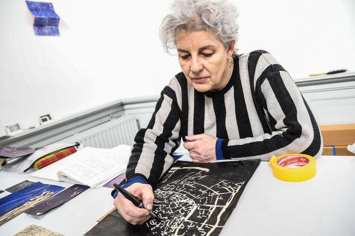 Kunstenaar Niki Murphy werkt aan een plattegrond tekening van Dordrecht