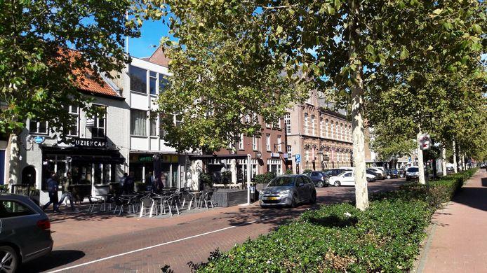 Het Muziekcafé (links) aan de Zuid-Koninginnewal mag, net als Atlas Bar, wel blijven.