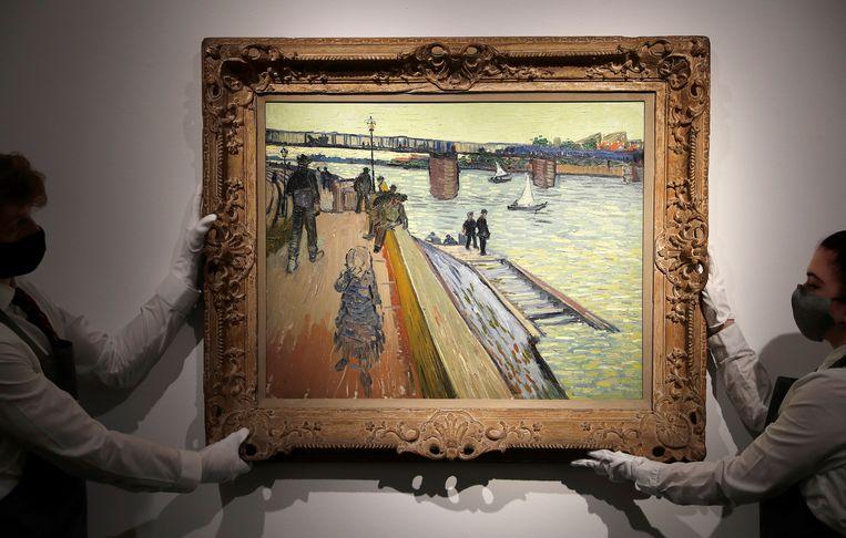 Vincent van Goghs 'Le pont de Trinquetaille' in de galerie van veilinghuis Christie's eerder dit jaar. Beeld Reuters