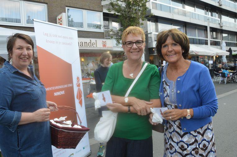 Deze bezoekers ontvingen een geknoopte zakdoek als symbool voor dementie.