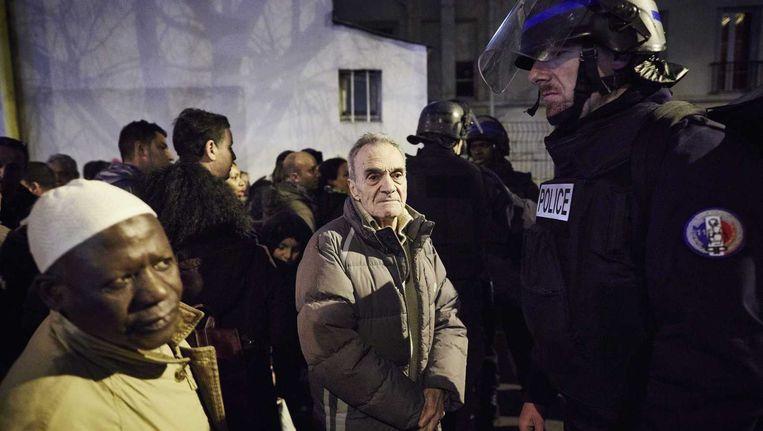 Een politieagent beveiligt de wijk Porte de Vincennes na afloop van de gijzeling in een Joodse supermarkt. Beeld anp