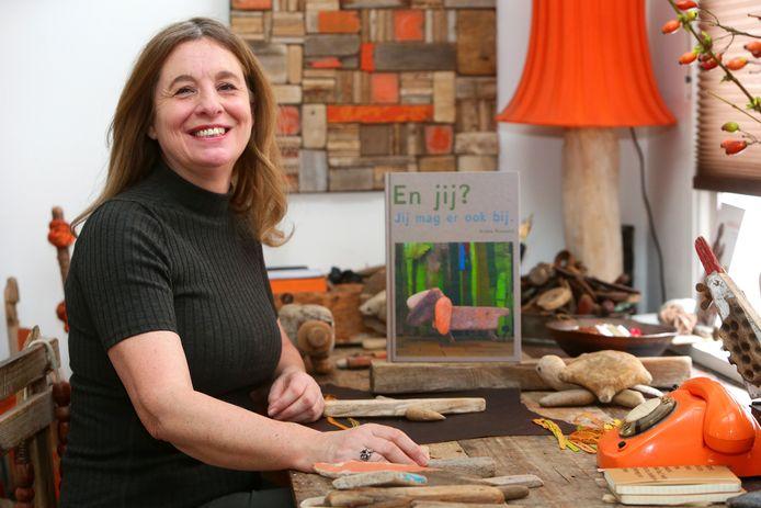 Ariena Ruwaard maakte een prentenboek met door haar gemaakte kunstwerken van drijfhout en ander restmateriaal.