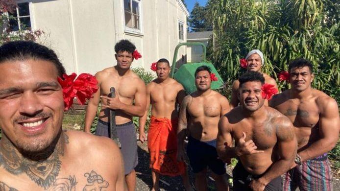Theodore McFarland (tweede van links) met zijn ploeggenoten op de plek waar ze in Auckland maanden vast zaten.