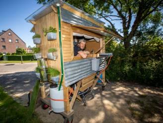 """Stef (28) trekt door Hasselt met zelfgebouwde 'tiny house' op wielen: """"Mensen denken dat ik niet rondkom, maar ik ben op een andere manier rijk"""""""