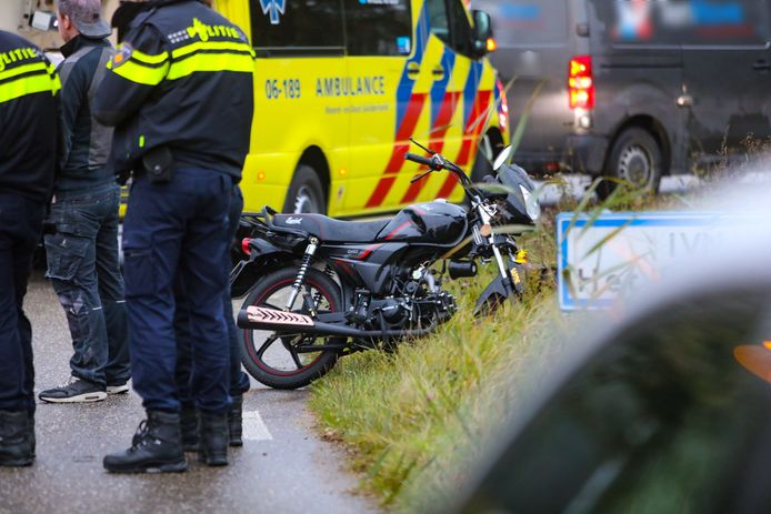 Een brommerrijder knalde donderdagochtend op een bestelbusje in Apeldoorn.