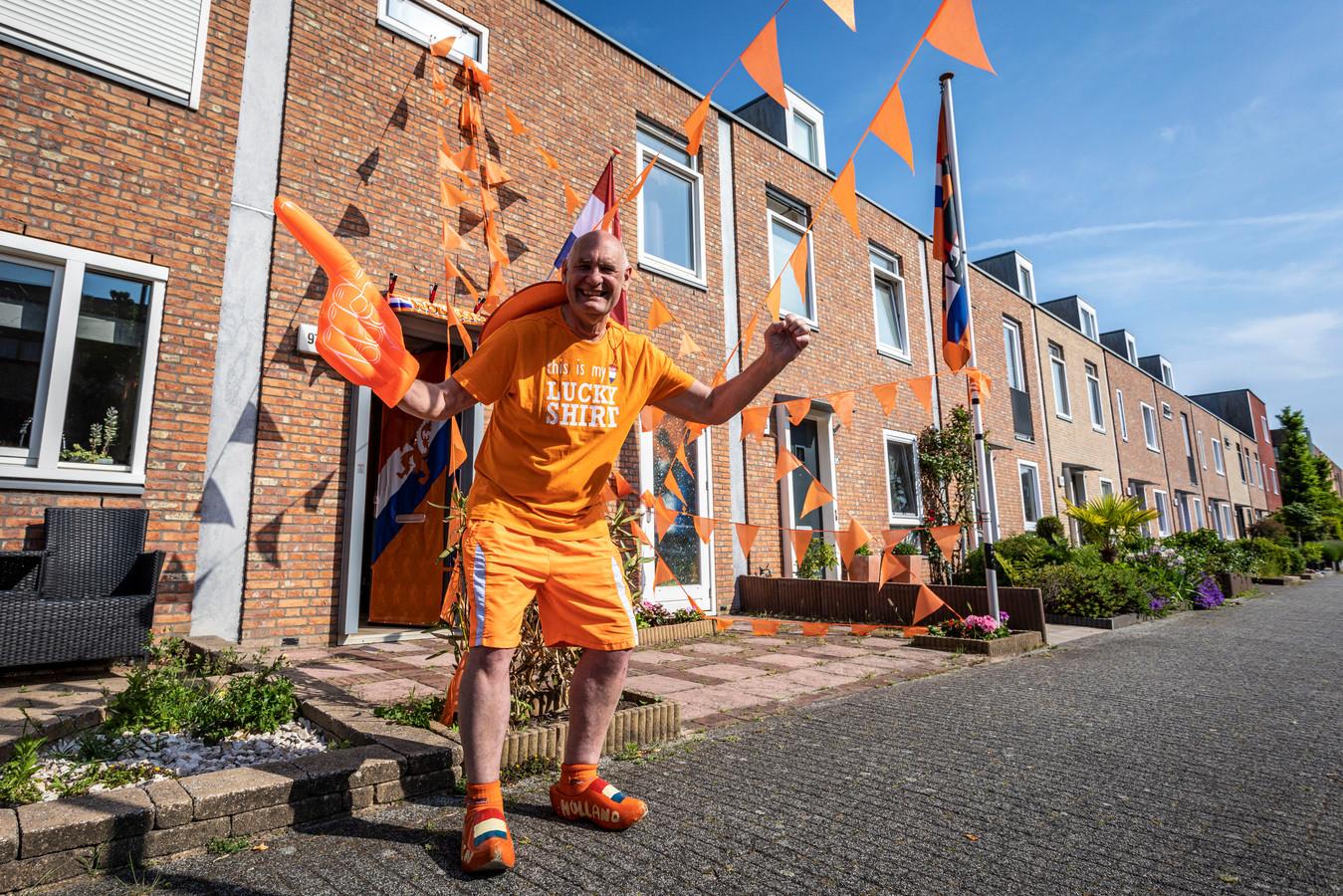 Oranjefan Leon Hakkenbroek voor zijn domein, het enige versierde huis in de Schuddebeursstraat.