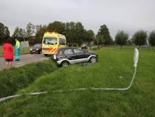 Automobiliste rijdt lantaarnpaal uit de grond in Kootwijkerbroek