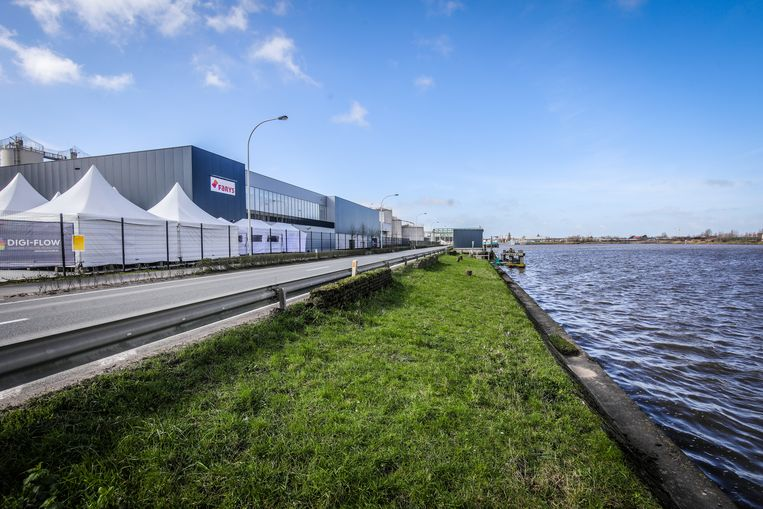 Het water uit het kanaal Oostende - Brugge wordt ondergronds in het Waterproductiecentrum gepompt. Beeld Benny Proot