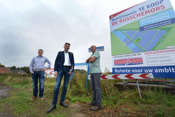 D66 en Gemeenschapsraad Neede en Ondernemersvereniging Neede namen recent het initiatief voor een  betere ontsluiting van bedrijventerrein(uitbreiding) Russchemors richting N18. Richard Grevelink (Ondernersver.), Han Boer (D66), Inus Westhoff (Gemeenschapsraad) .