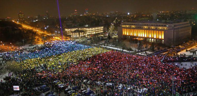 Een enorme mensenmassa betoogt in het Roemeense Boekarest op 12 februari 2017. Beeld EPA
