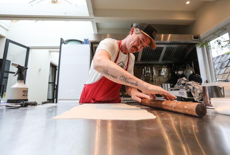 Gilles van der Loo bereid deeg voor Japanse Soba noodles. Beeld Eva Plevier