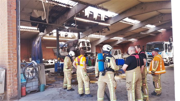 De brandweer kort na het nablussen bij garage van Pierre Denoo in Koekelare.