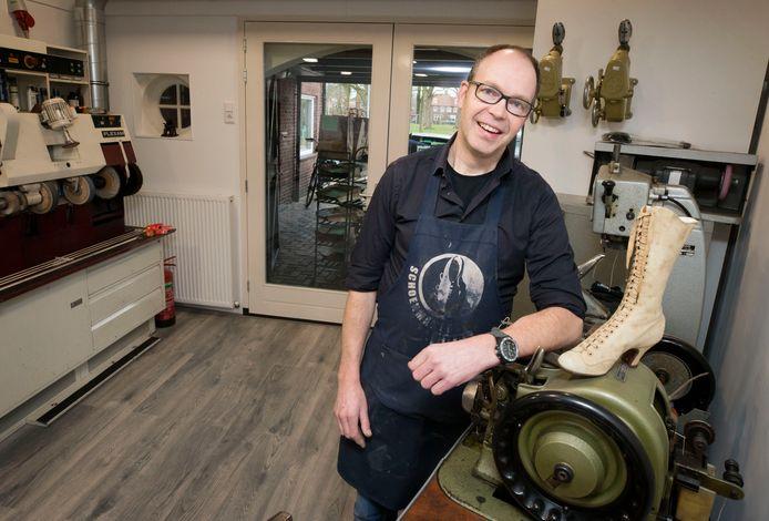 Erik de Roos in zijn atelier. Hij is de vierde generatie schoenmaker in zijn familie.