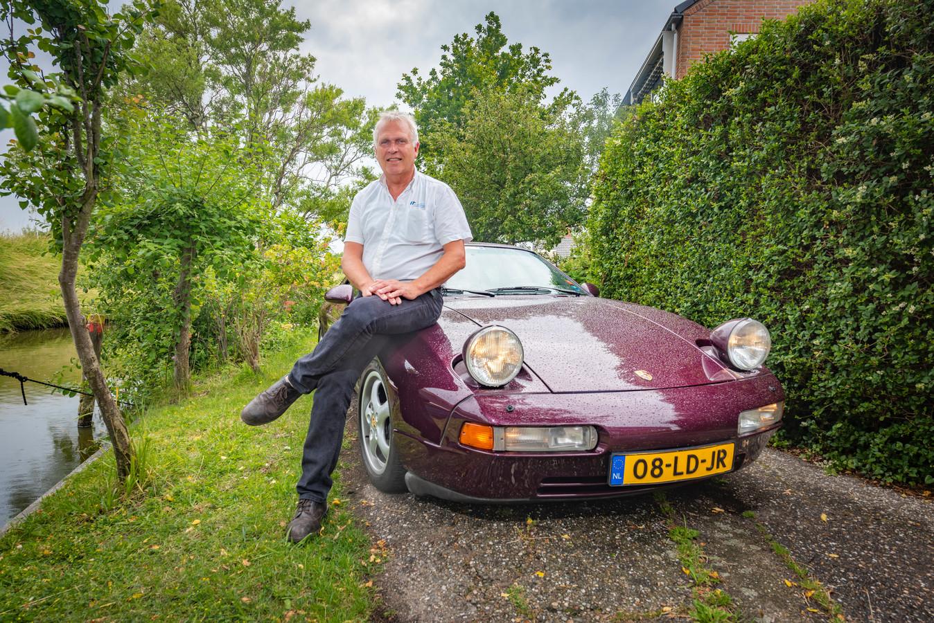 John van der Spek met zijn Porsche.