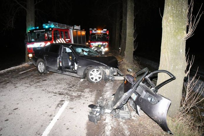 De bestuurder van de BMW zat enige tijd bekneld in zijn auto. De weg tussen Sint-Annaland en Stavenisse was geruime tijd afgesloten.
