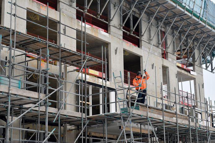 In de bouw gaat het werk onverdroten door.