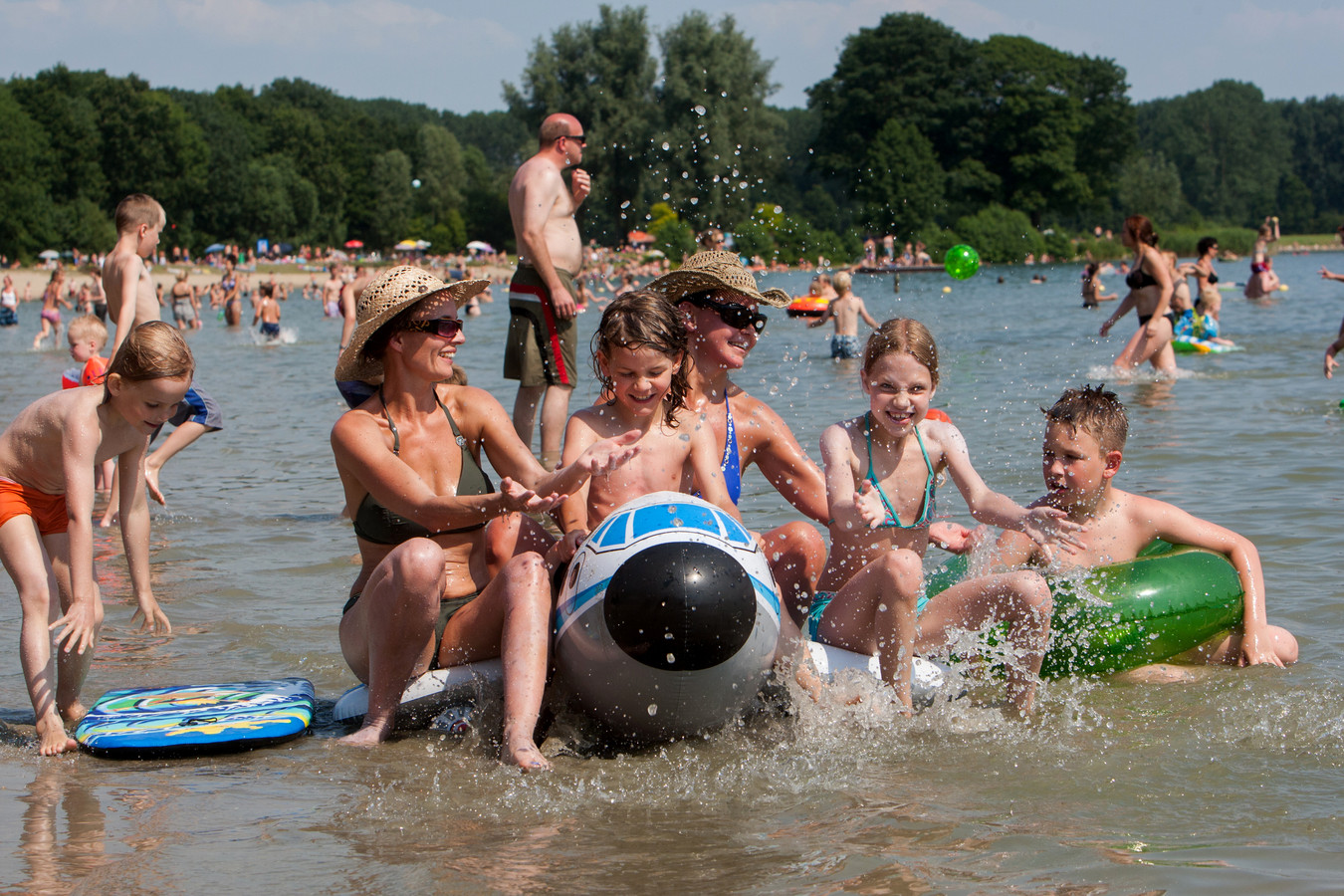 Plezier in recreatieplas Bussloo. (archieffoto)