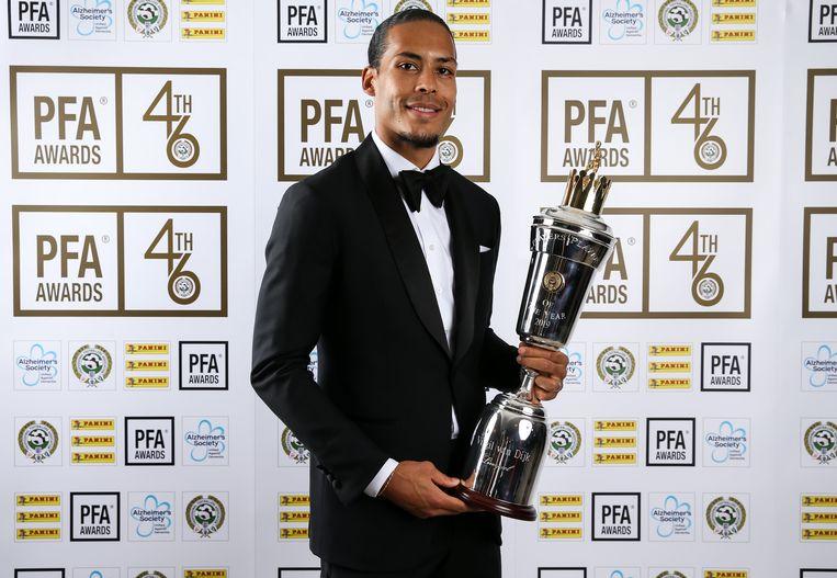 Virgil van Dijk poseert met zijn trofee.