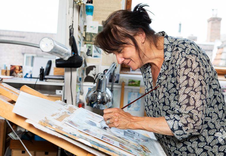 Kinderboekenillustratrice Charlotte Dematons: 'Al mijn nachtponnetjes hebben verf aan de boorden.' Beeld Martijn Gijsbertsen