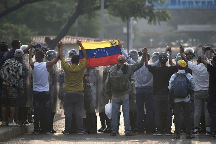 Demonstranten tegenover de Venezolaanse nationale garde.