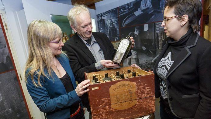Sonja Wijs en Paul Faber, gastconservatoren van het Wereldmuseum, bekijken het pronkstuk van Jenevermuseum-directeur Marjolein Beumer (rechts).